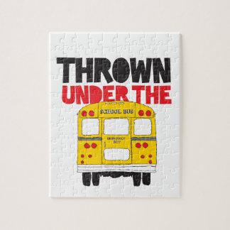Puzzle Lanzado debajo del autobús
