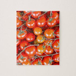 Puzzle Muchos manojos de tomates rojos de la vid