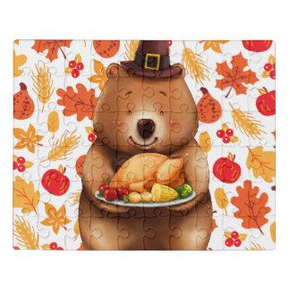 Puzzle oso del pilgram con el fondo festivo