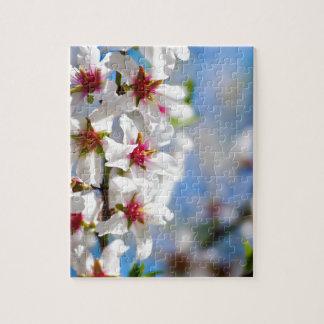 Puzzle Rama de árbol floreciente con las flores blancas