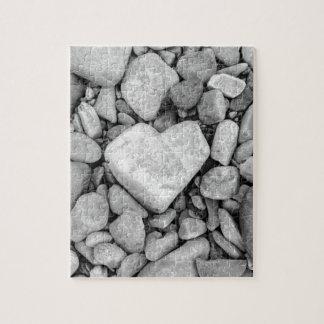 Puzzle roca blanco y negro del corazón