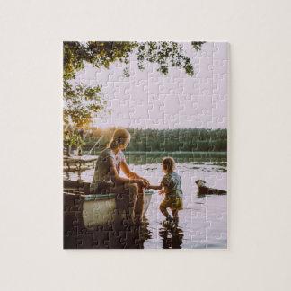 Puzzle Rompecabezas: Madre y niño en una orilla del lago