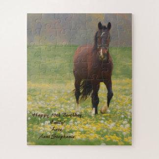 Puzzle Un caballo de Brown en un campo con los dientes de