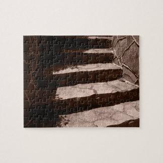 Puzzle viejos pasos de piedra gastados a un castillo