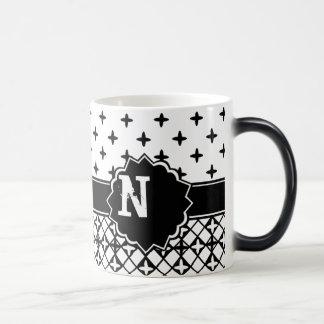 Quatrefoil blanco negro con monograma taza mágica