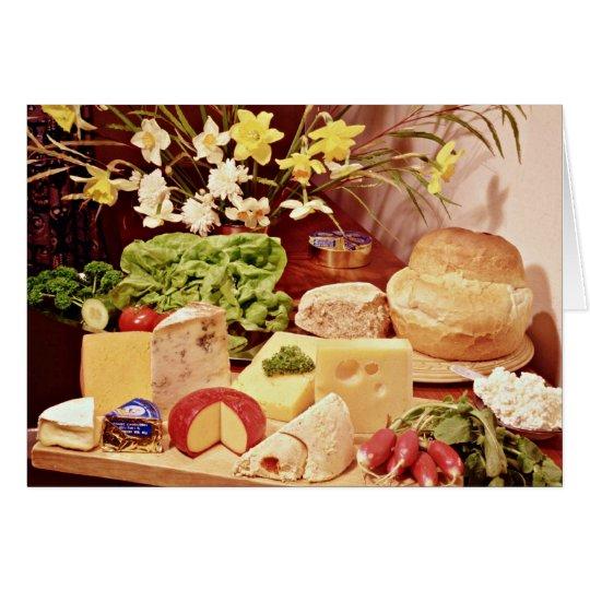 Quesos, con los rábanos, la lechuga, el pan, y el tarjeta de felicitación