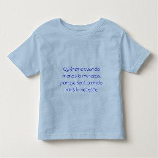Quiéreme cuando menos lo merezca camiseta de bebé