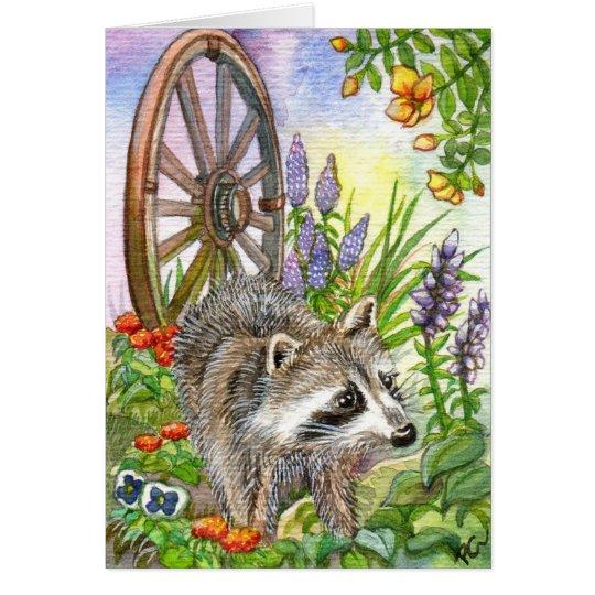 Racoon por el jardín de flores tarjeta pequeña