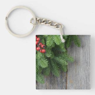 Rama de árbol de navidad con la baya del acebo llavero