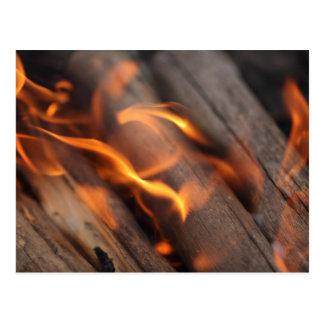 Ramas de madera ardientes postal