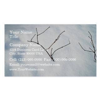 Ramas desnudas que se pegan fuera de la nieve tarjeta de visita