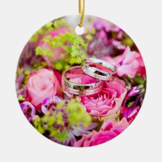 Ramo del boda con las bandas del anillo de bodas adorno de cerámica