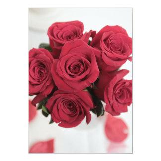 Ramo hermoso del rosa rojo en la invitación del