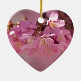 Ramo rosado delicado de las flores de cerezo de adorno navideño de cerámica en forma de corazón