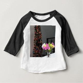 Ramo y árbol de navidad coloridos de la flor camiseta de bebé