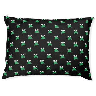 Ranas verdes en cama del perro negro