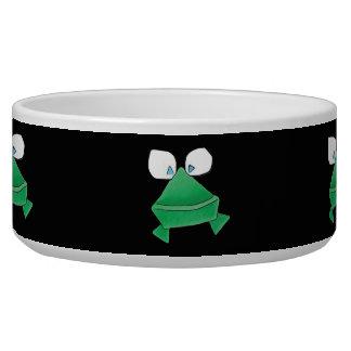 Ranas verdes en el cuenco negro del mascota