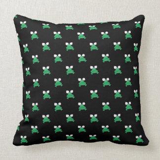 Ranas verdes en la almohada de tiro negra