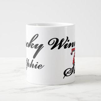 Ranuras afortunadas del nombre 7s del ganador taza de café grande