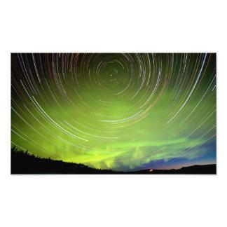 Rastros de la estrella y borealis de la aurora de  impresiones fotográficas