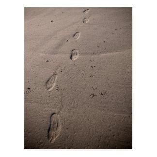 Rastros en la arena - huellas de la playa postal