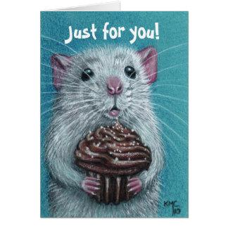 Rata con la tarjeta de la magdalena del chocolate
