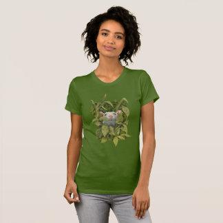 Rata que mira fuera de la camiseta de maderas de