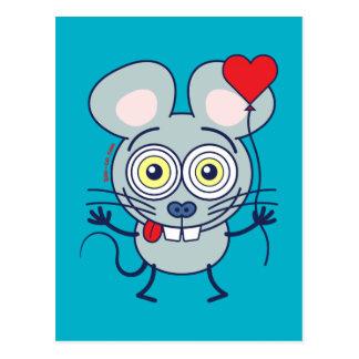 Ratón divertido que sostiene un globo y que siente postal