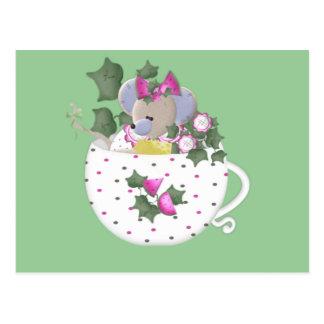 Ratón en colores pastel en taza de té de la hiedra postal