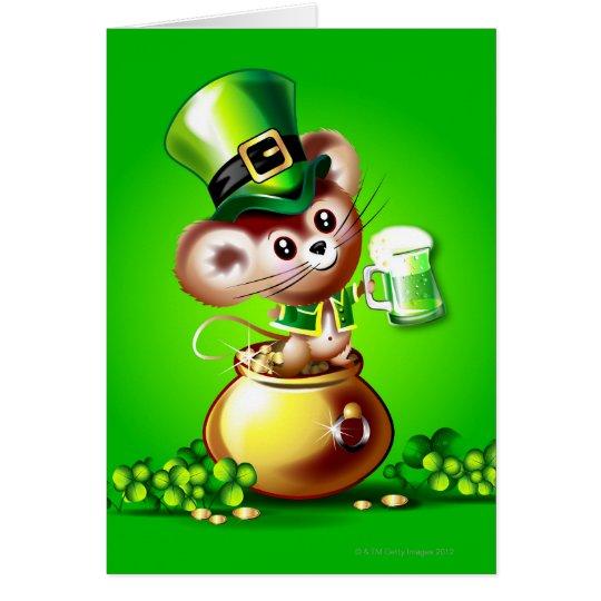 Ratón en la mina de oro que sostiene la pinta de tarjeta de felicitación