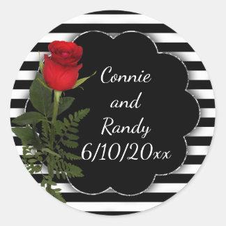 Raya blanco y negro con el pegatina del rosa rojo