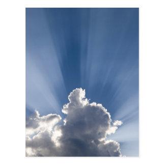 Raya crepuscular o de dios de los rayos más allá postal