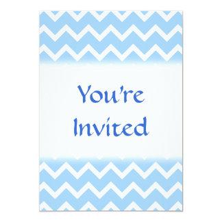 Rayas azul claro y blancas del zigzag invitación 12,7 x 17,8 cm