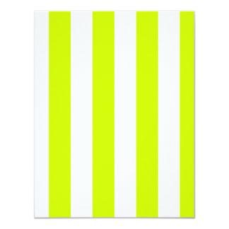 Rayas - blancas y amarillo fluorescente invitación 10,8 x 13,9 cm