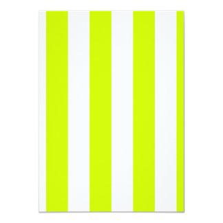 Rayas - blancas y amarillo fluorescente invitación 11,4 x 15,8 cm