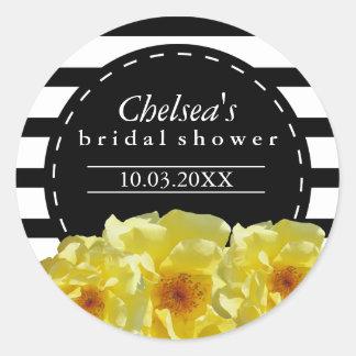 Rayas blancos y negros con las flores amarillas pegatina redonda