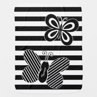 Rayas blancos y negros de moda de la mariposa con mantita para bebé