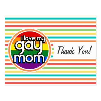 Rayas brillantes del arco iris, mamá gay tarjeta postal