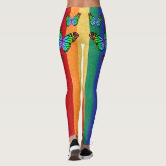 Rayas del arco iris con las mariposas coloridas leggings