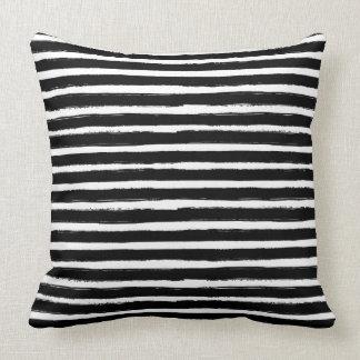 rayas dibujadas mano blanco y negro de la acuarela cojn decorativo