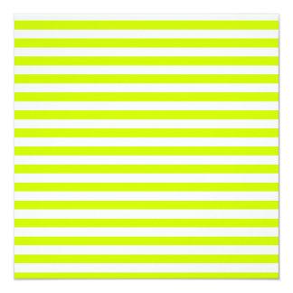 Rayas finas - blancas y amarillo fluorescente invitación 13,3 cm x 13,3cm