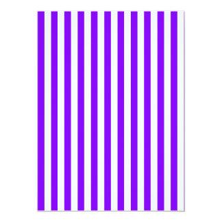 Rayas finas - blanco y violeta invitación 13,9 x 19,0 cm