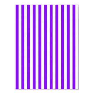 Rayas finas - blanco y violeta invitación 16,5 x 22,2 cm