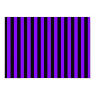 Rayas finas - negro y violeta invitación 12,7 x 17,8 cm