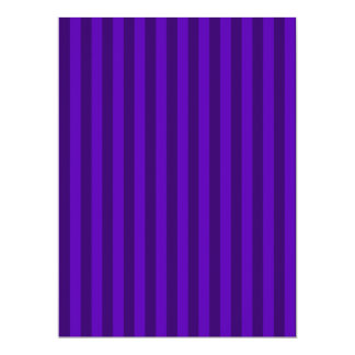 Rayas finas - violetas y violeta oscura invitación 16,5 x 22,2 cm