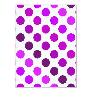 Rayas púrpuras del lunar invitación 13,9 x 19,0 cm