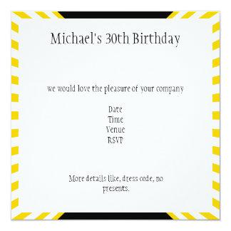 Rayas retras amarillas y blancas con cumpleaños invitación 13,3 cm x 13,3cm