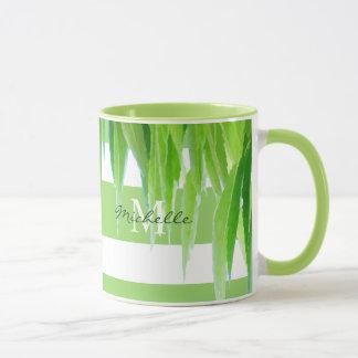 Rayas y hojas blancas verdes modernas de la taza