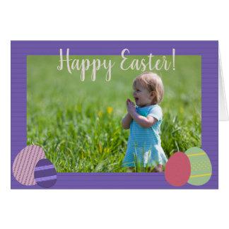 Rayas y tarjeta violetas de los huevos de Pascua