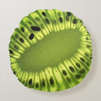 Rebanada de la fruta de kiwi en la almohada de